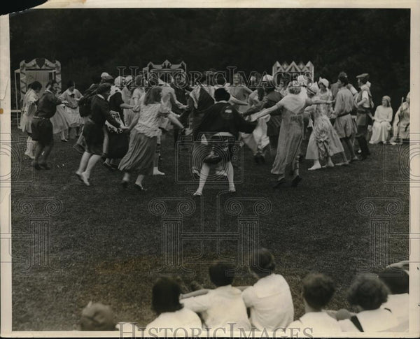1928 Press Photo Students In Robin Hood Costumes In Folk Dance At Briarcliff NY - Historic Images