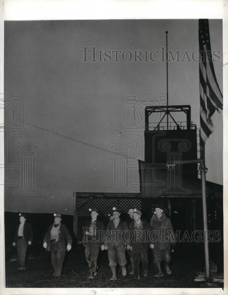 1943 Press Photo Miners of Underwood Mines reporting for work after truce - Historic Images