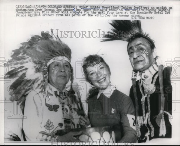 1959 Press Photo German Ice Skater Ina Mauer Hangs Out With Native Americans - Historic Images