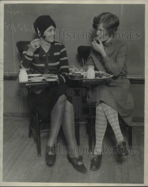 1927 Press Photo Coeds Lucille Welter and Louise Kincaid compare lunches that - Historic Images