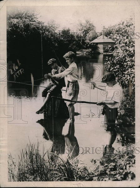 1921 Press Photo A trio of youngsters enjoys fishing - Historic Images