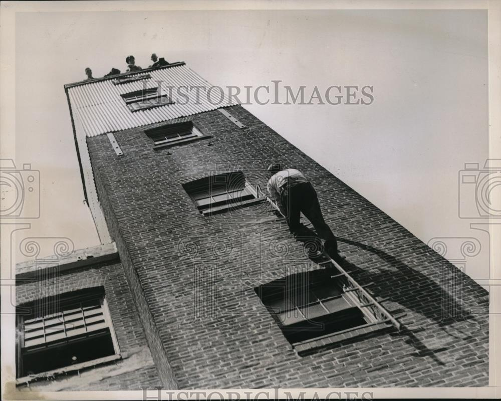 1938 Press Photo Philadelphia Fire Training School Graduate Climbs Tower - Historic Images