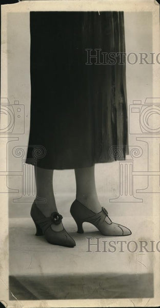 1922 Press Photo Woman Models New Shoes - Historic Images