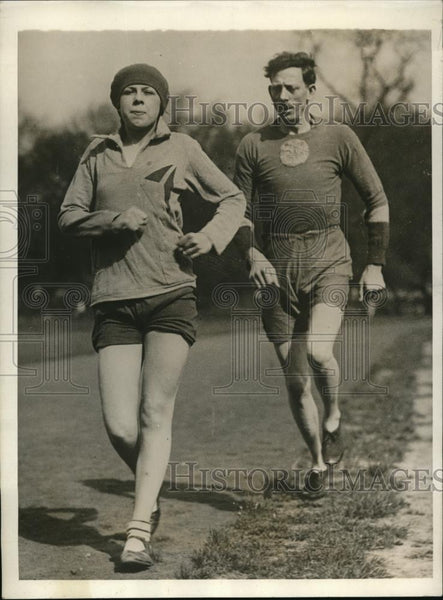 1930 Press Photo London RJ Savage & daughter Winifred at track Battersea Park - Historic Images