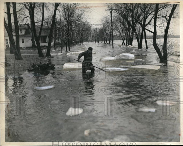1936 Press Photo Policeman pushes ice from roads & floods at Wilkes Barre Pa - Historic Images