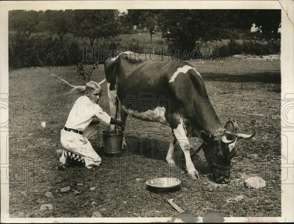 1930 Press Photo Eddie Johnson milks the family cow Dad Walter of Senators - Historic Images