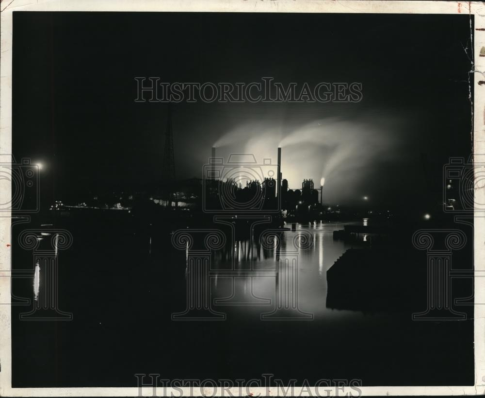 1941 Press Photo View of the Carnegige Illnois Steel plant at night - Historic Images