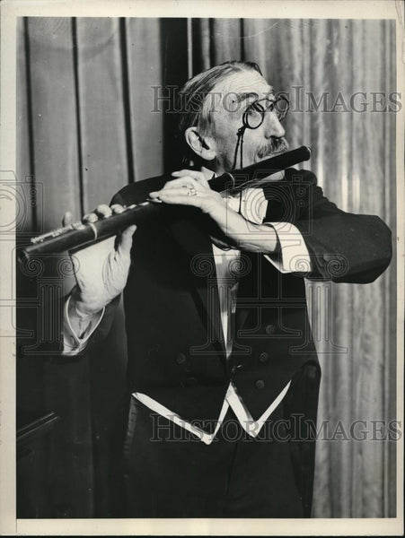 1930 Press Photo NYC William J Guard at Critic's concert with a flute - Historic Images