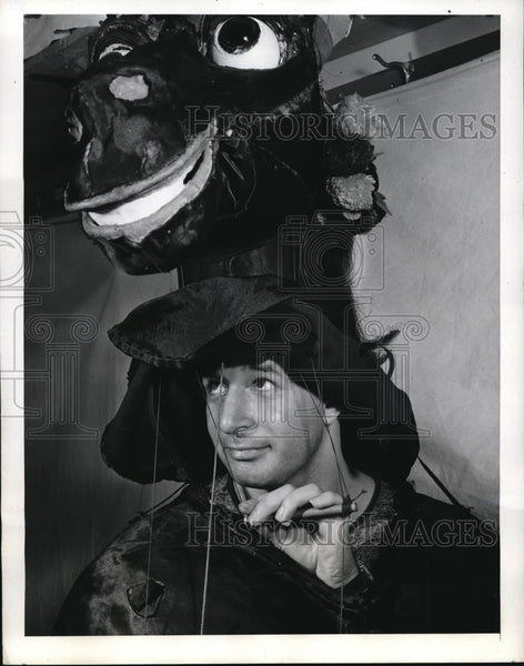 1942 Press Photo Nonnie Harris pulling strings to operate his puppet - Historic Images