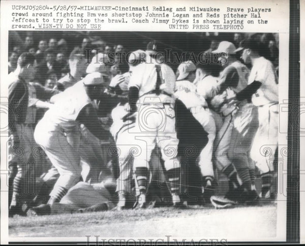 1957 Press Photo Milwaukee Reds H Jeffcast fights Braves J Logan in brawl - Historic Images