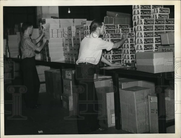 1938 Press Photo Fred Robert and Joe High in Factory - Historic Images