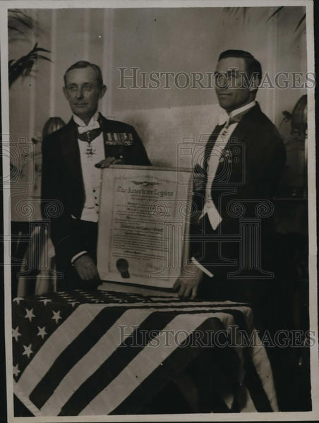 1922 Press Photo Col. Solbert presenting scrool to Adm. sir Lowther Grant - Historic Images