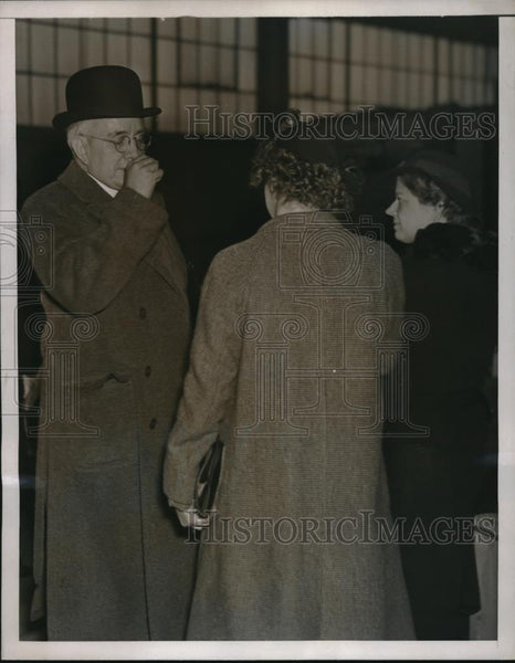 1937 Press Photo Harry K. Thaw talking to women reports - Historic Images