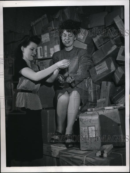 1946 Press Photo Genevieve McKeon & Ethel Madsen with 30 tons of war time tokens - Historic Images