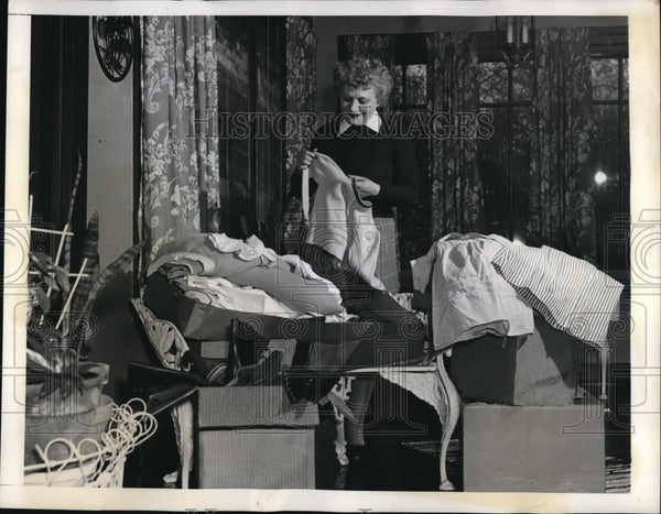 1942 Press Photo Mrs. Nelson sorting her children's clothing and bedding for - Historic Images