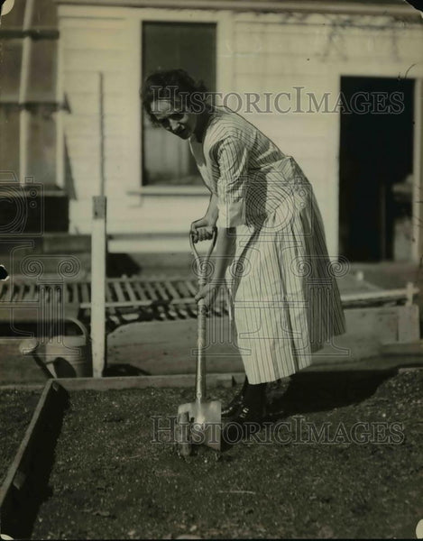 1922 Press Photo A woman & a ground squirrel in her home's yard - Historic Images