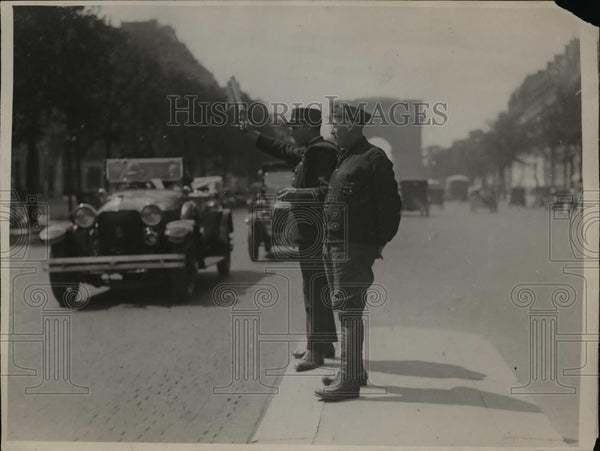 1927 Press Photo French policeman stops traffic at the Champs Elysees for - Historic Images