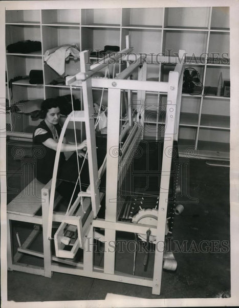 1938 Press Photo A woman worker weaving a run on one of the looms - Historic Images