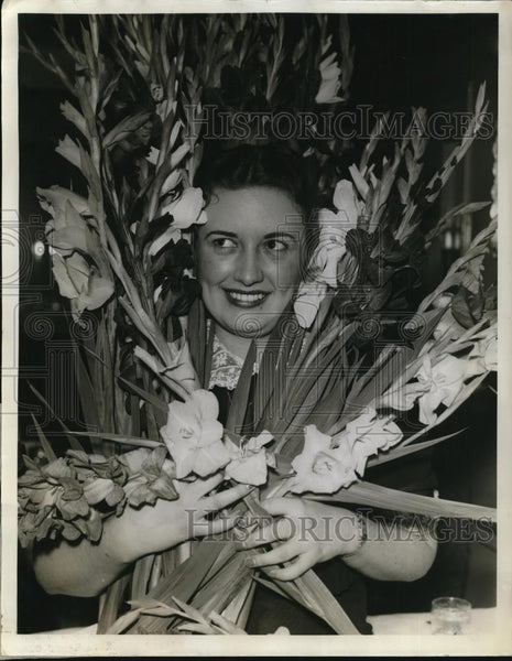 1939 Press Photo Ruth Sharkey arrives to invite Chicagoans to Gladiolus Festival - Historic Images