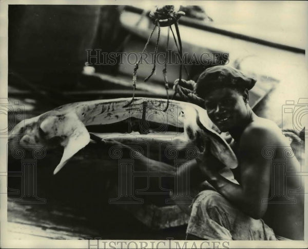 1929 Press Photo Jose Gomez and head of Giant Bay on Fernanda Noronha Island - Historic Images