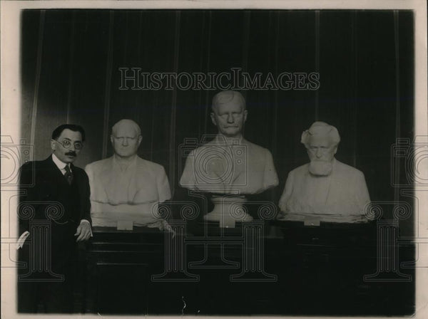 1920 Press Photo Moses Wainer-Dykbar displaying statue busts - Historic Images