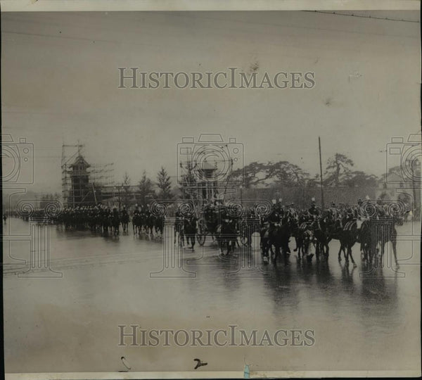 1920 Press Photo The Mikado riding in state out of the palace in Tokyo - Historic Images