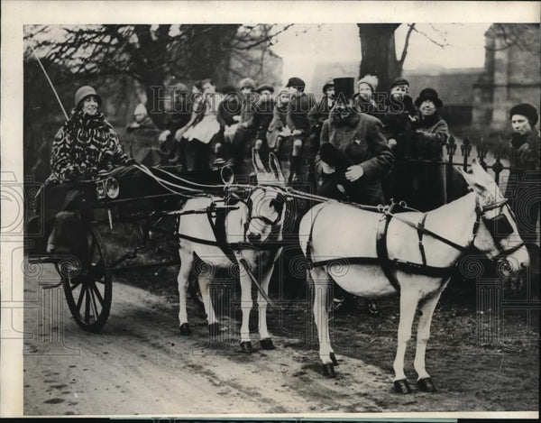 1925 Press Photo Col. and Mrs. Berwick arrive at Fitzwilliam Hunt, Huntingdon UK - Historic Images
