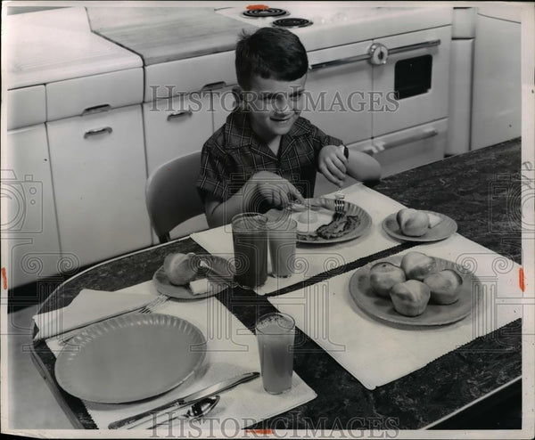 1932 Press Photo No dishes for this family that uses coated paper plates - Historic Images