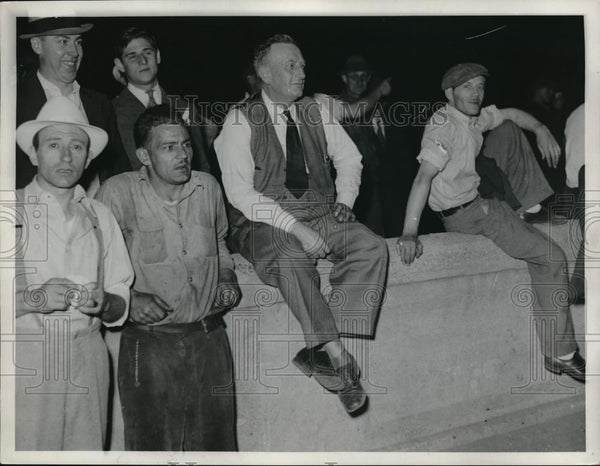 1935 Press Photo Workers sitting on a wall - Historic Images