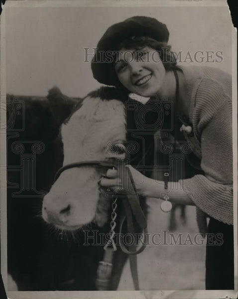 1922 Press Photo Woman posing with a cattle - Historic Images