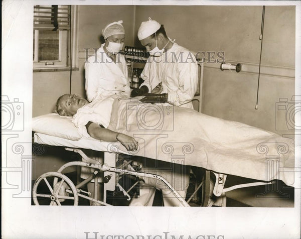 1941 Press Photo Miss Brown on the operating table during the blood donating - Historic Images