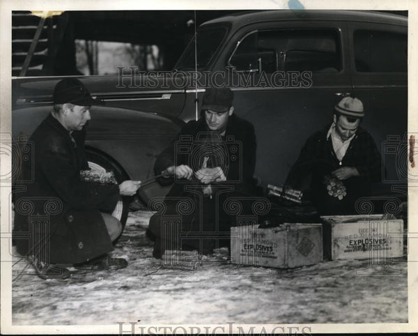 1940 Press Photo C.E. Jennison, Harry Kresse and Albert Lucci preparing dynamite - Historic Images