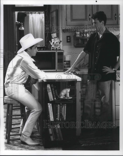 Press Photo Matt LeBlanc Matthew Perry in Friends The One with the Breast Milk - Historic Images