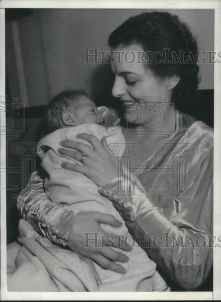 1933 Press Photo Helen Gahgan Actress & Newborn Son - cvp04453 - Historic Images