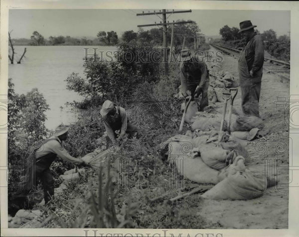 1947 Press Photo Rulo Nebraska workers sandbag to save RR tracks from floods - Historic Images