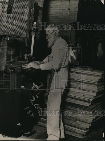 1920 Press Photo George Suter, chief cabinet maker of the carpenter shop - Historic Images