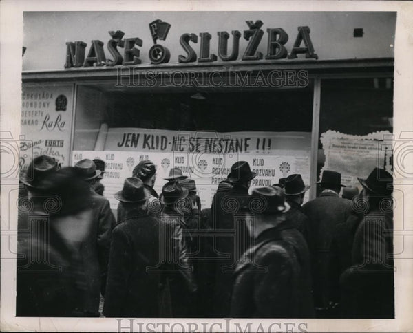 1918 Press Photo Crowded Street Newsstand, Prague, Czech Republic - Historic Images