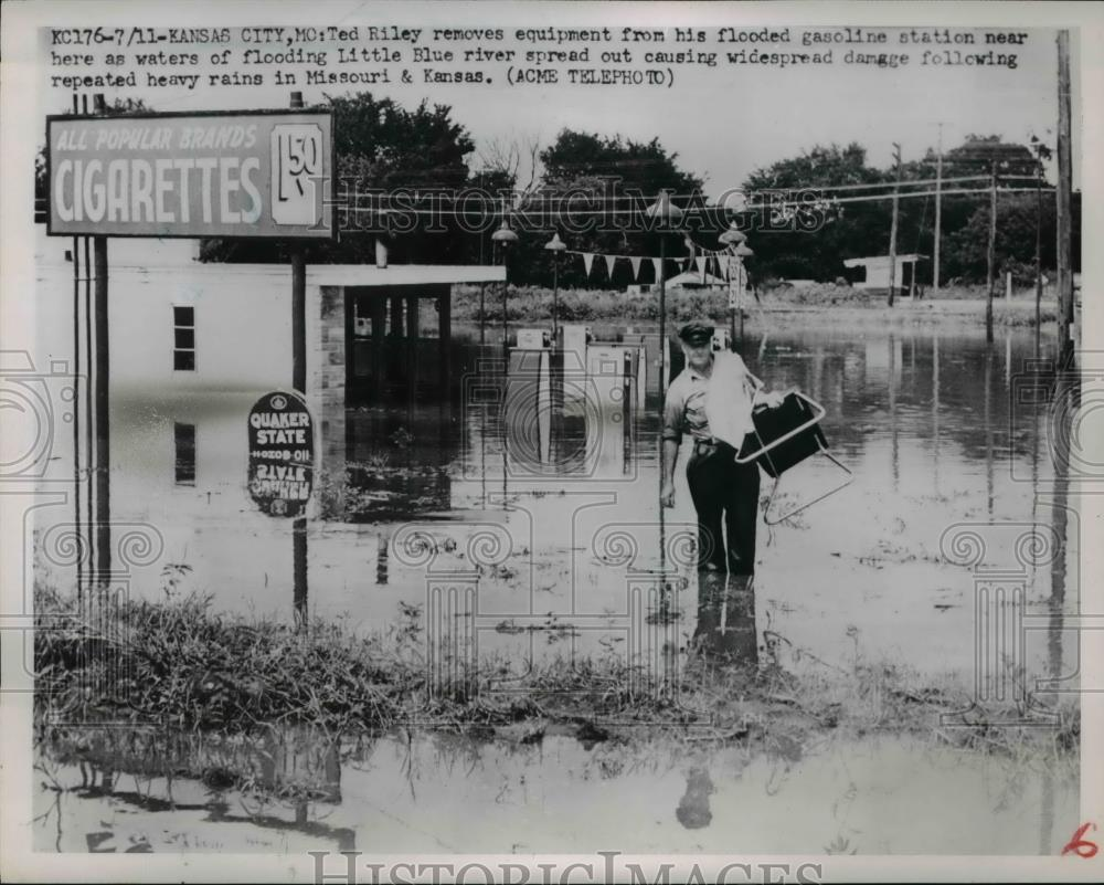 1911 Press Photo Ted Riley as he removes equipment from his flooded gas station - Historic Images