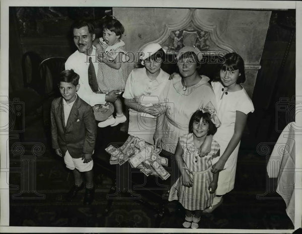 1934 Press Photo Mrs. Norma Petros with her family at the Park Central Hotel - Historic Images