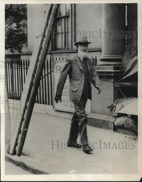 1930 Press Photo Mr. Hat man walking - Historic Images