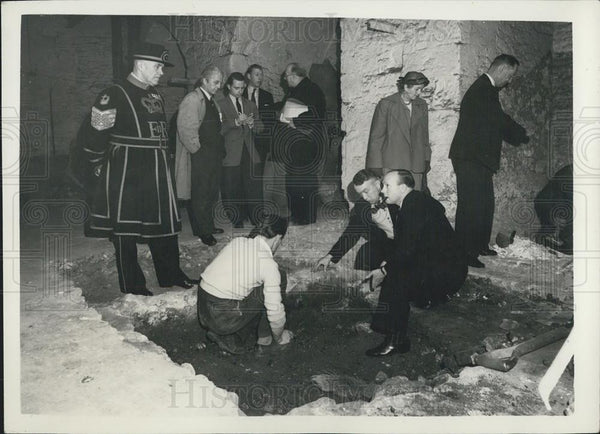 "1957 Press Photo Digging For The ""Barkstead Treasure"" -At The Tower - Historic Images"