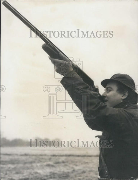 Press Photo King Alvaro Restaurant Owner Shooting Birds To Serve In Restaurant - Historic Images