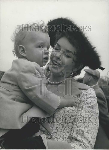 Press Photo Actress Dawn Addams with Son Stefano in Hyde Park - Historic Images