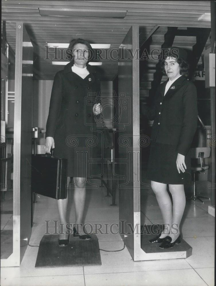 1970 Press Photo Airport Security Metal Detectors Installed Demonstration - Historic Images