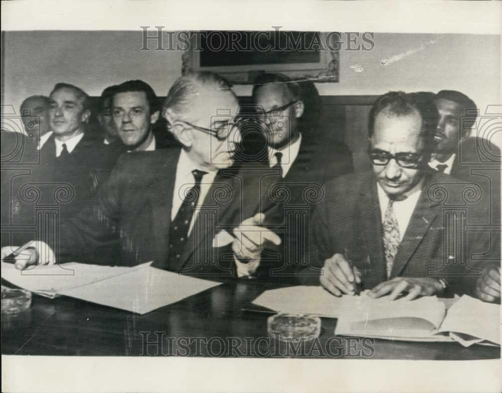 1967 Press Photo Agreement On South Arabias Independence Signed In