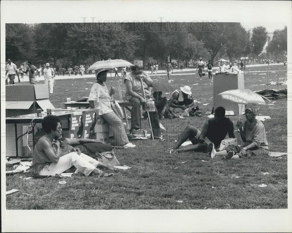 Press Photo Marchers take a rest break on the mall - Historic Images