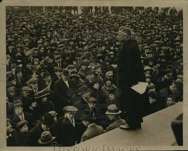 1922 Press Photo Mr. Art O'Brien making speech to crowd from the plinth - Historic Images