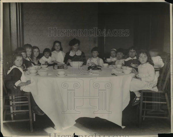 1923 Press Photo Children at Dinner - Historic Images