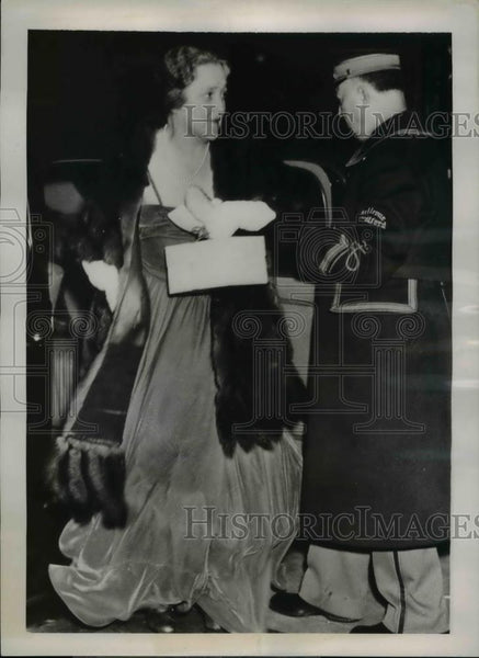 1938 Press Photo Mrs. George C. Thayer as she arrives for Assembly Ball - Historic Images