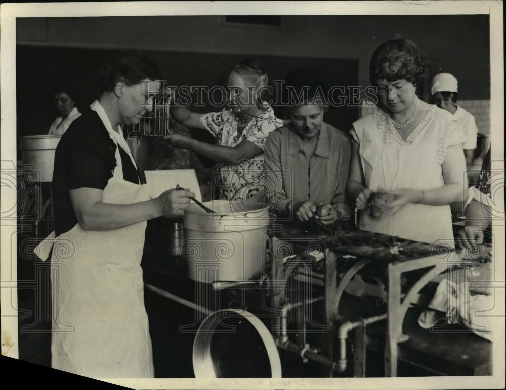 1931 Press Photo Committee of Washinton women canning peaches - Historic Images
